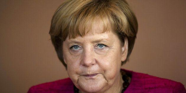 Angela Merkel in visita al campo di concentramento di Dachau, il tour de force elettorale della