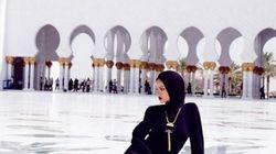 Rihanna posa davanti alla moschea. E viene cacciata via