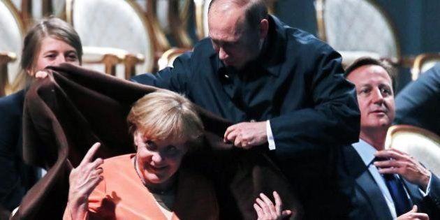 G20, Angela Merkel e la coperta di Vladirmir Putin. Fuochi d'artificio a San Pietroburgo