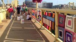 Pittsburgh, il ponte è ricoperto di lavori a maglia (FOTO,