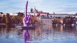 Un dito medio fluttuante per Praga