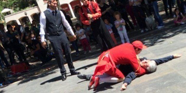 Carlo Giovanardi cade a terra, travolto da un clown. Lo spettacolo a sostegno della campagna elettorale