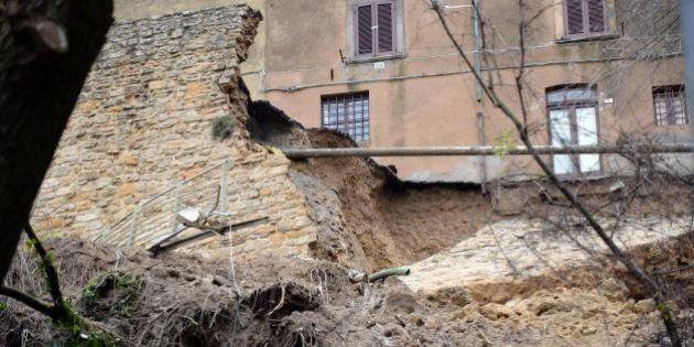 Volterra maltempo: crolla un tratto delle mura medievali