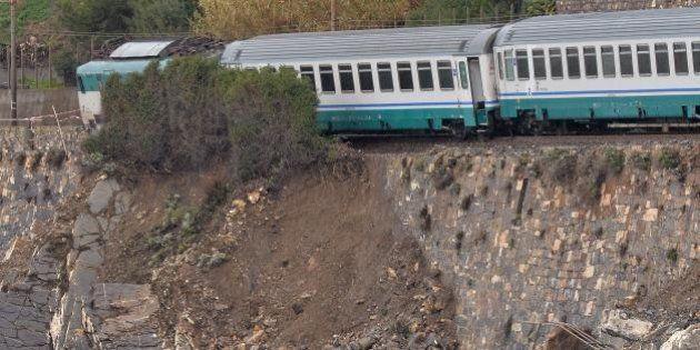 Treno deragliato in Liguria, il recupero avverrà via mare. Rfi: