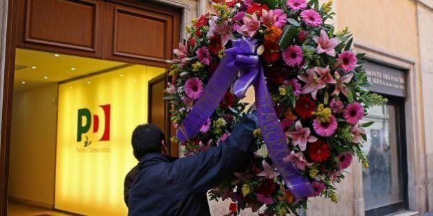 Primarie, corona di fiori alla sede del Pd. Forse destinata all'ambasciata del Sud Africa per la morte...