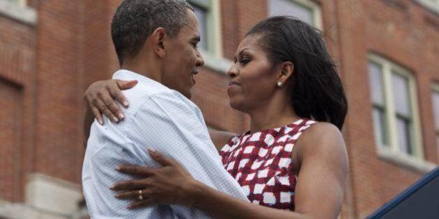 Barack Obama e Michelle, bacio in diretta tv per scacciare le voci di crisi.
