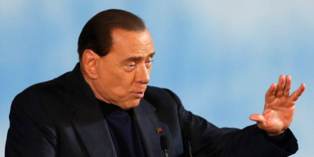 Silvio Berlusconi lancia i club Forza Silvio tra le chiome brizzolate: pochi giovani, truppe cammellate...