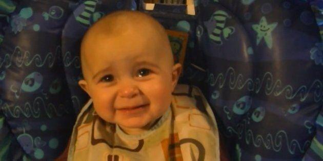 Video virale: bambina si commuove fino alla lacrime ascoltando la mamma cantare. Un concentrato di