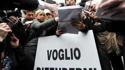 Ruby protesta davanti al palazzo di giustizia di Milano: