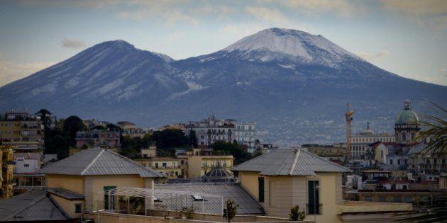 Vesuvio, rifiuti che emanano esalazioni tossiche alle pendici del parco nazionale. La scoperta del Corpo