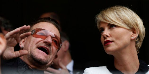 Bono Vox e Charlize Theron alla cerimonia di addio a Nelson Mandela