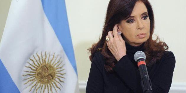 Argentina, il peso crolla del 14% in due giorno. Il governo dà il via libera all'acquisto di