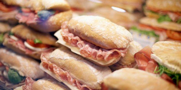 Arancini, piadine e panini: 7 italiani su 10 mangiano street food. Quante calorie ci costa?
