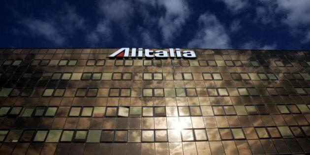 Alitalia, niente licenziamenti. Cassa integrazione e solidarietà per 1900 lavoratori in esubero. Risparmi...
