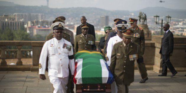 Nelson Mandela, salma in camera ardente a Pretoria. Il Sudafrica in processione per Madiba (FOTO,