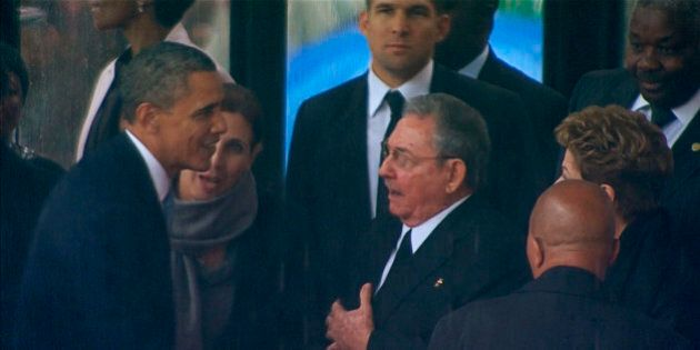 Barack Obama stringe la mano a Raul Castro. Washington potrebbe togliere l'embargo