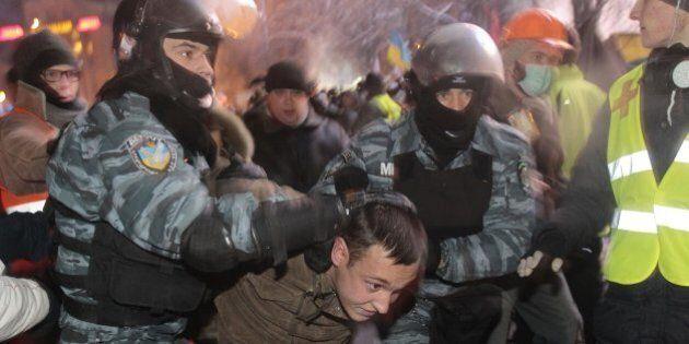 Ucraina, polizia sfonda le barricate a Kiev ed entra in piazza. Il premier: