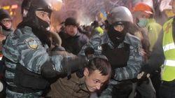 Blitz a Kiev. La polizia sfonda le barricate ed entra in piazza (FOTO,