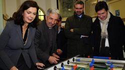 Laura Boldrini si scatana al calcio balilla e fa la