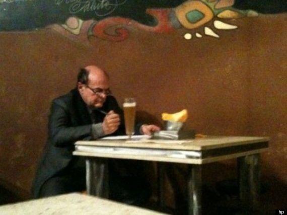 Beppe Grillo, la birra come Pier Luigi Bersani: l'ironia di Spinoza.it. Davanti a lui anche una scatoletta...