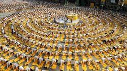 Una gigantesca lezione di yoga (FOTO,
