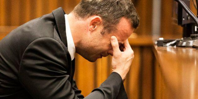 Oscar Pistorius, imputato nel processo per l'omicidio di Reeva, piange durante le rievocazioni dei testimoni