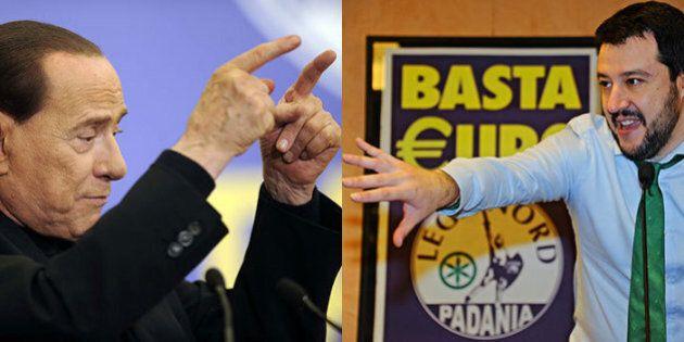 Silvio Berlusconi firma i referendum della Lega. Dopo la sconfitta elettorale l'ex Cav cerca l'asse con