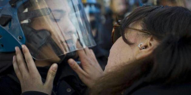 No Tav Nina De Chiffre denunciata per violenza sessuale. Aveva baciato un poliziotto durante la marcia...