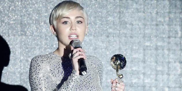 World Music Awards 2014: Miley Cyrus fa discutere per l'abito casto. Assente Laura Pausini, a cui va...