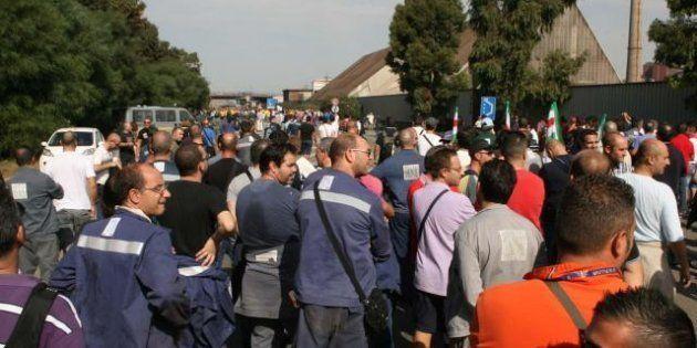 Ilva, migliaia in strada a Taranto. Tensioni con i cittadini, sindacati divisi