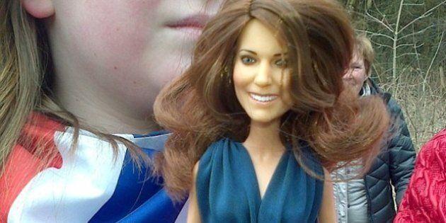 William e Kate: lui rifiutato da una bambina, lei riceve in regalo la bambola ispirata a lei.