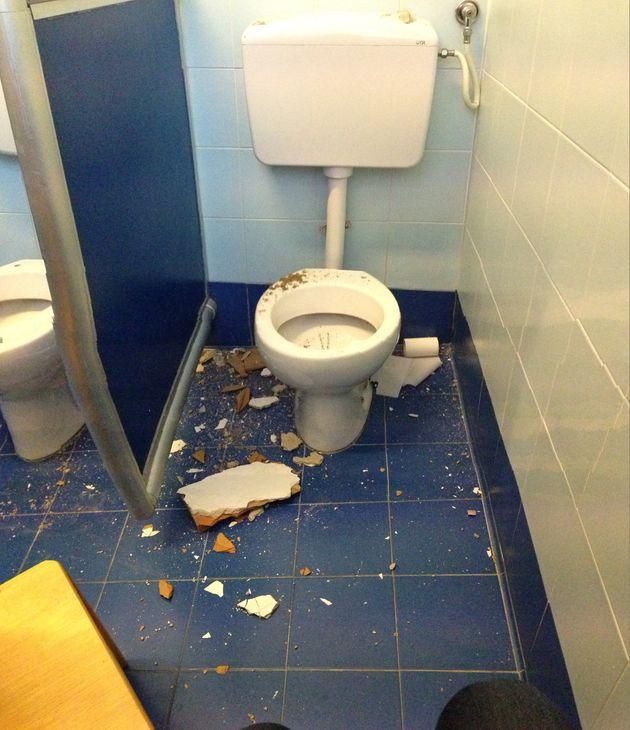 Crollano laterizi sul wc dei
