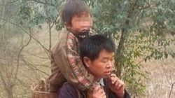 Percorre 30 km al giorno con il figlio disabile in spalla