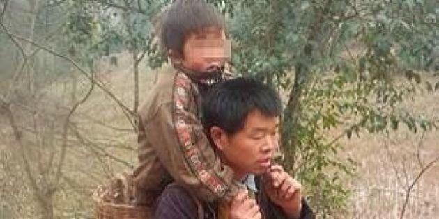 Cina, Yu Xukang è il padre dell'anno. Percorre 30 km al giorno con il figlio disabile in spalla per portarlo...