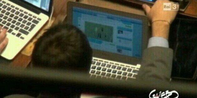Alessandro Di Battista guarda partita di calcio durante votazioni sulla legge elettorale. L'ironia del...