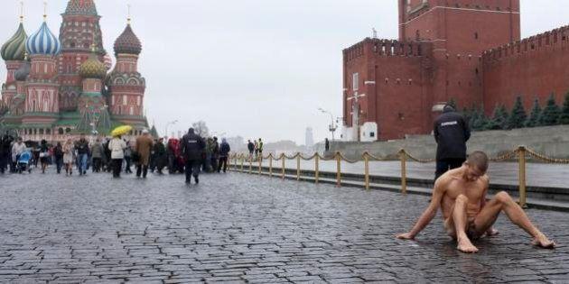 Pyotr Pavlensky si inchioda i testicoli sulla pavimentazione della piazza Rossa a Mosca. Per i diritti...