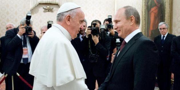 Papa Francesco, la crisi ucraina rallenta la corsa e raffredda la passione tra Bergoglio e Putin