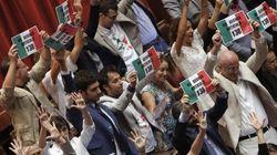 M5s protesta alla Camera contro il ddl sulle riforme costituzionali. Boldrini sospende i lavori