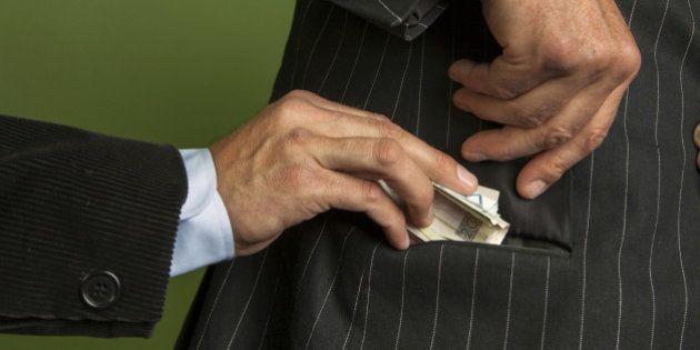 Corruzione, rapporto Commissione Ue: 120 miliardi scippati all'economia. La metà è made in