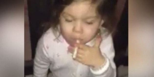 Bambina costretta a fumare di fronte alla videocamera. Le immagini shock dalla Finlandia
