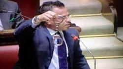 Decreto svuotacarceri, il leghista Buonanno sventola le manette alla