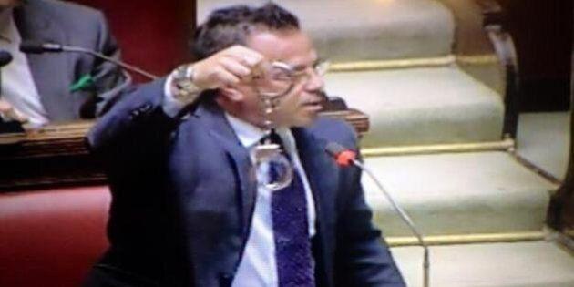 Gianluca Buonanno della Lega Nord sventola le manette alla