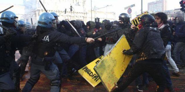 Milano, scontri tra studenti e polizia davanti al Pirellone