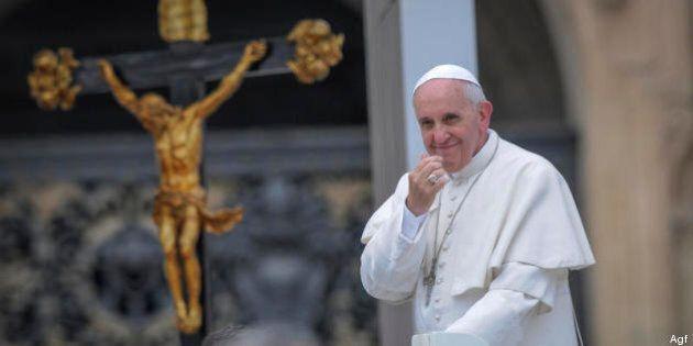 Papa Francesco a Lampedusa da solo e all'insegna della sobrietà. Voleva prenotare 4 posti su un volo...