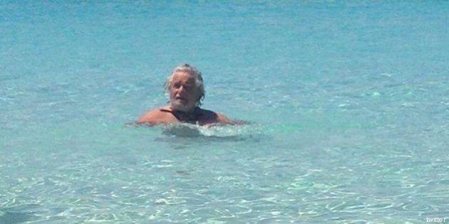 FOTO Beppe Grillo in vacanza al mare in Sardegna. E la rete si divide