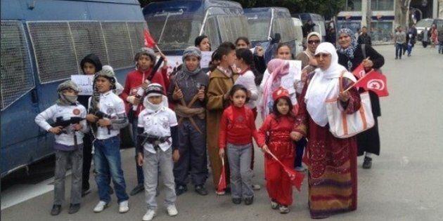 Tunisia, bambini vestiti da jihadisti alla manifestazione in onore dei martiri dell'indipendenza. È