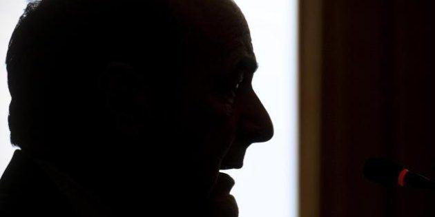 Bersani incontra il giaguaro Berlusconi e non parla di governo, tema divisivo per il Pd. Sul tavolo solo...
