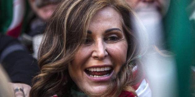 Daniela Santanché raccoglie firme per la grazia di Silvio Berlusconi. Ma lui non lo sa e si infuria