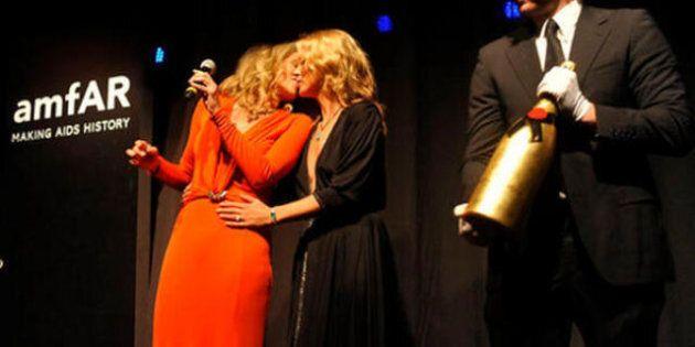 Sharon Stone bacia Kate Moss. Le due star scaldano la platea ad un'asta di beneficenza a San Paolo del