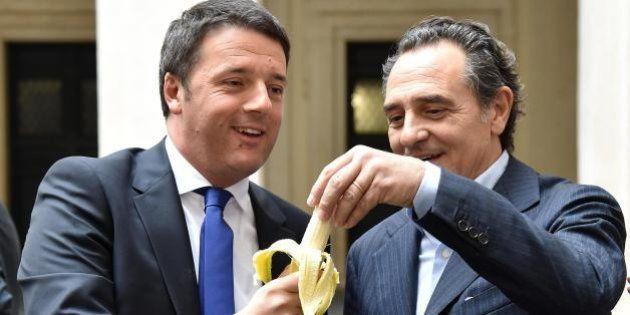 Matteo Renzi mangia la banana con Cesare Prandelli per sostenere la campagna in favore di Dani Alves...
